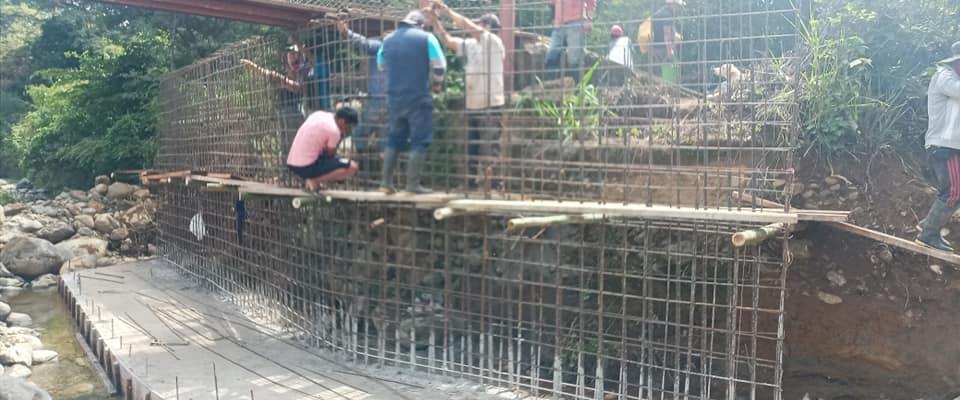 CONSTRUCCION DEL MURO DE HORMIGON ARMADO PARA LA PASARELA